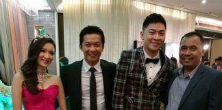 Tan Boon Heong and Sherlyn Tan Yean Ling pose with Taufik Hidayat at the wedding reception. (photo: Rozi Rz)