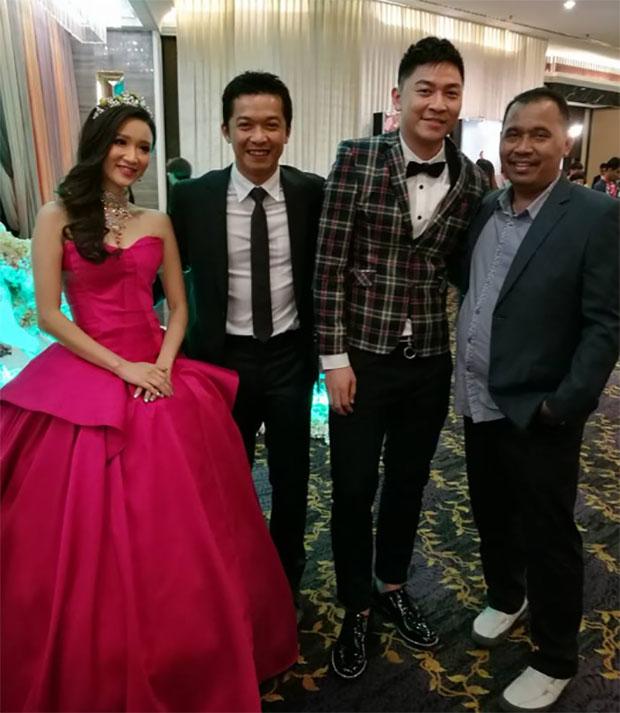 Tan Boon Heong and Sherlyn Tan Yean Ling pose with Taufik Hidayat at the wedding reception. (photo: Rozi Rz)