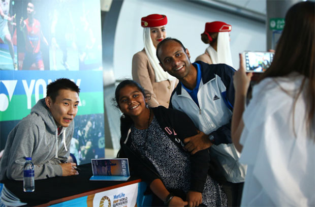Lee Chong Wei poses for a picture with badminton fans in Dubai. (photo: AFP)