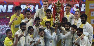P.V Sindhu, Tanongsak Saensomboonsuk and Chennai Smashers team members hold up the 2017 Premier Badminton League trophy. (photo: AP)
