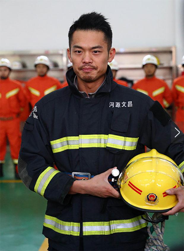Lin Dan is wearing firefighters' uniform.