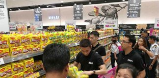 Lee Chong Wei donates food and supplies to flood victims. (photo: Lee Chong Wei's Facebook)