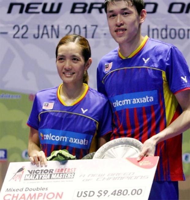 Tan Kian Meng/Lai Pei Jing with their Malaysia Masters trophy. (photo: Bernama)