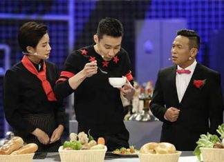 Lee Chong Wei enjoying some foods during the show.