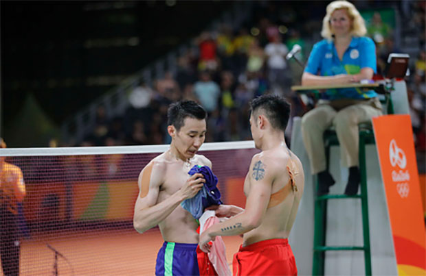 It may be unrealistic, but badminton fans sure hope to see Lee Chong Wei and Lin Dan keep playing until the 2020 Tokyo Olympics. (photo: AP)