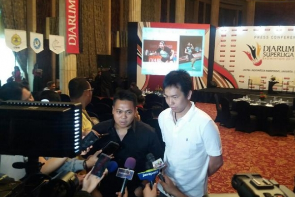 Hendra Setiawan and Markis Kido (left) talk to the media.