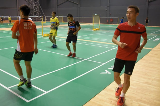 Someone in BAM management should be penalized for exposing Lee Chong Wei and other shuttlers to increased injury risk by using the slippery mats. (photo: Bernama)