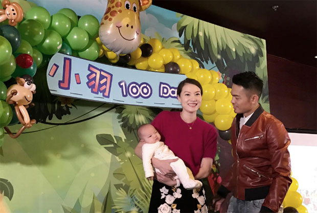 Lin Dan, Xie Xingfang, and their baby take picture with family and friends.