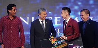 Congratulations to Lee Chong Wei for winning the Sportswriters Association of Malaysia (SAM-100 PLUS 2016) Sportsman of the Year award. (photo: Bernama)