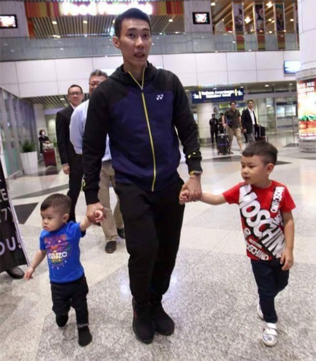 Lee Chong Wei holds his children's hands at Kuala Lumpur International Airport (KLIA). (photo: FB)
