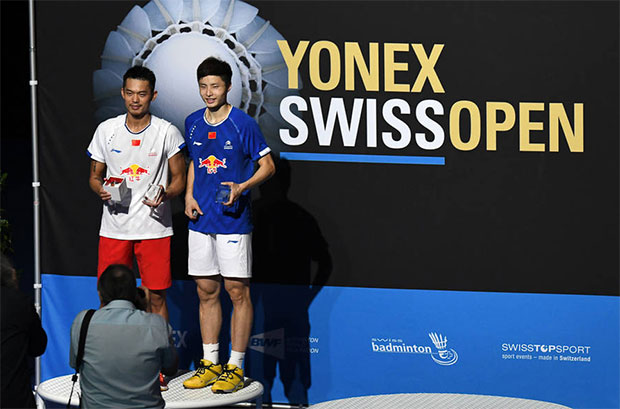 Lin Dan(left) holds the Swiss Open trophy as he poses with Shi Yuqi. (photo: BWF)
