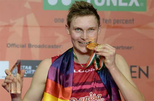 Viktor Axelsen bites his gold medal having won the 2017 India Open men's singles title. (Photo: AFP)