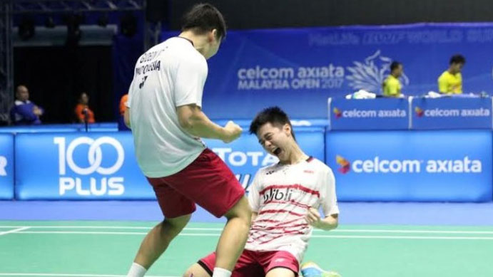 Marcus Fernaldi Gideon/Kevin Sanjaya Sukamuljo celebrate after defeating Li Junhui/Liu Yuchen in Malaysia Open semi-finals. (photo: PBSI)