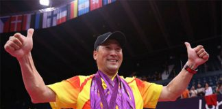 Li Yongbo poses with all five gold medals won by the Chinese badminton team during the 2012 Olympics. (photo: AP)