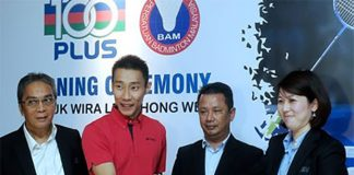Lee Chong Wei exchange documents with 100Plus. (photo: Bernama)