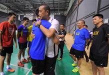 Lee Chong Wei hugs Misbun Sidek during a training session. (photo: Bernama)