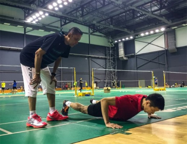Lee Chong Wei undergoes a training session with coach Misbun Sidek. (photo: Bernama)