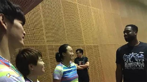 Dwyane Wade, Wang Xin, Zhao Yunlei and Bao Chunlai play badminton together. (photo: Weibo)