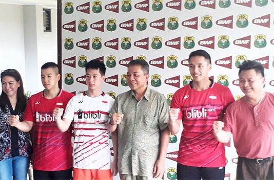 Indonesian Badminton Association (PBSI) head of development Susi Susanti (from left), Marcus Fernaldi Gideon, Kevin Sanjaya Sukomuljo, PBSI secretary-general Achmad Budiharto, Jonatan Christie and Lius Pongoh of PBSI pose for a picture on Monday. (photo: JP)