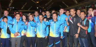 Lee Chong Wei poses for group picture with the Malaysian badminton team at Kuala Lumpur International Airport (KLIA). (photo: Sinchew)