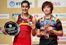 Carolina Marin poses with He Bingjiao at the 2017 Japan Open award ceremony. (photo: AP)