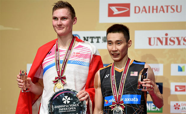 Viktor Axelsen poses for a picture with Lee Chong Wei during the podium ceremony at the 2017 Japan Open. (photo: AP)