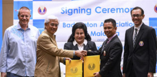 Datin Seri Rosmah Mansor (middle), witnessing Badminton Association of Malaysia (BAM) president Datuk Seri Norza Zakaria (second right) and Chairman of Celcom Axiata Berhad, Tan Sri Jamaluddin Ibrahim (second left) exchanging documents after the signing ceremony. (photo: Bernama)
