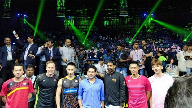 Taufik Hidayat, Peter Gade, Lee Chong Wei, Sachin Tendulkar (a famous Cricket player), Pullela Gopichand, Lin Dan and Lee Yong Dae pose for pictures. (video & photo: Yonex India)