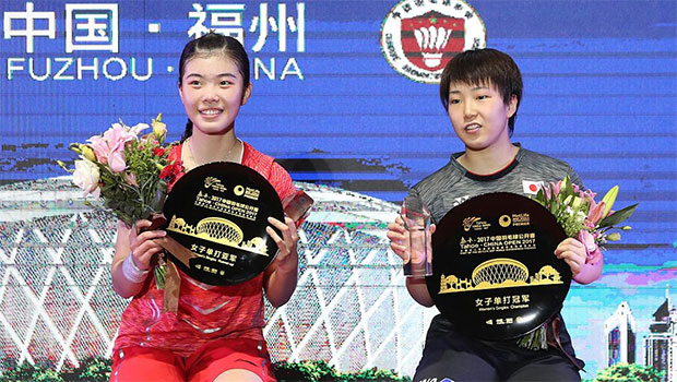 Akane Yamaguchi (R) from Japan poses with Gao Fangjie after winning the 2017 China Open final. (photo: AP)
