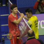 Shi Yuqi shakes hand with Lin Dan after beating Lin in the 2017 Hong Kong Open semi-finals.