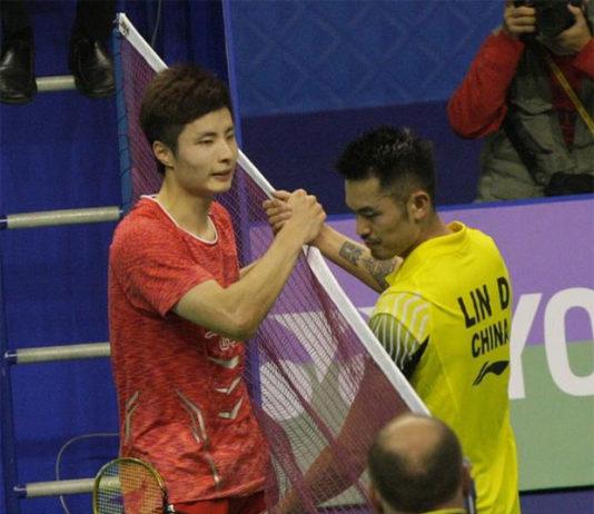 Shi Yuqi shakes hand with Lin Dan after beating Lin in the 2017 Hong Kong Open semi-finals.
