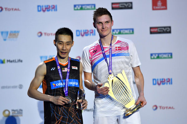 Viktor Axelsen of Denmark poses for a picture with Lee Chong Wei during the podium ceremony at the BWF Super Series Finals. (photo: AP)