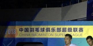 Lin Dan holds racquets with his own hand at China Badminton Super League. (photo: Lin Dan's Weibo)