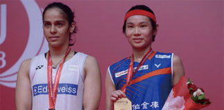 Tai Tzu Ying (right) poses with Saina Nehwal during Indonesia Masters award ceremony. (photo: AP)