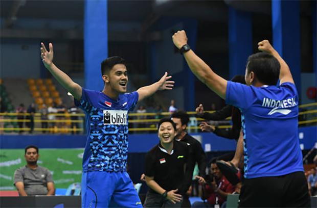 Firman Abdul Kholik of Indonesia celebrates victory after beating Lee Dong Keun of Korea during men's team Semi-final tie between Indonesia and Korea at 2018 Badminton Asia Team Championships. (photo: AP)