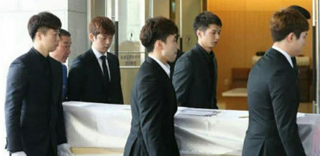 Lee Yong-Dae carries the coffin at the funeral of Jung Jae-Sung.