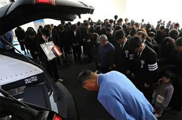 Jung Jae-Sung's family members, friends and fans bid farewell to their beloved badminton legend.