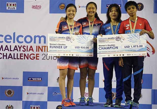 Soong Fie Cho (right)/Tee Jing Yi (second right) and Lim Chiew Sien/Tan Sueh Jeou share the podium after the 2018 Malaysia International Challenge final. (photo: BAM)