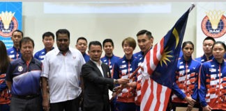 Lee Chong Wei accepts the Malaysian flag from BAM president Mohamad Norza Zakaria. (photo: Bernama)