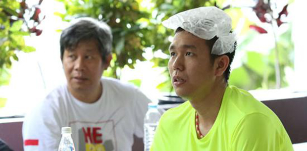 Hendra Setiawan with ice bag on his head.
