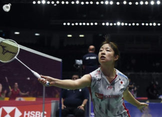Nozomi Okuhara returns a shot from Louisa Ma of Australia. (photo: AFP)