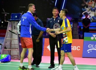 Lee Chong Wei greets Vladimir Malkov right before the first men's singles match on Monday. (photo: Bernama)