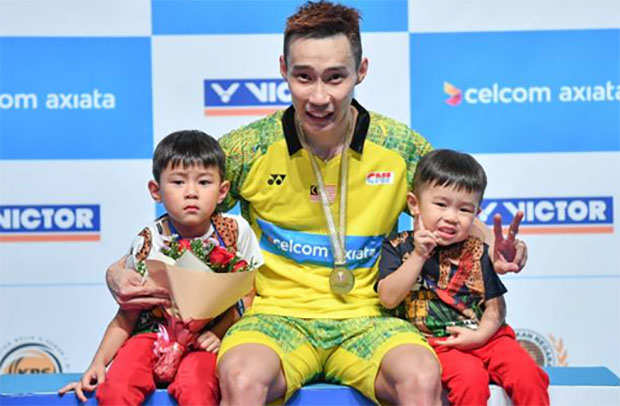 Lee Chong Wei shares the great moment with his two sons. (photo: AP)