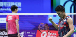 Kento Momota (right) beats Daren Liew in the 2018 World Championships semi-final. (photo: AFP)