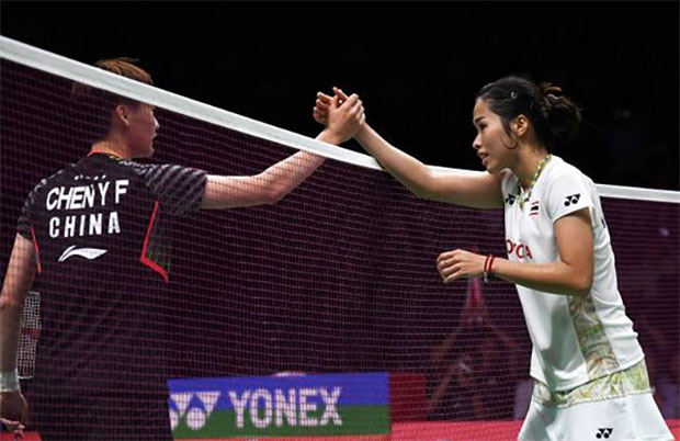 Chen Yufei (left) storms past Ratchanok Intanon in Asian Games semi-finals. (photo: AFP)