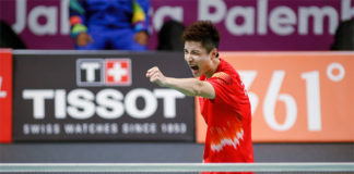 Shi Yuqi celebrates after beating Anthony Sinisuka Ginting 2-1 in the first men's singles match. (photo: AFP)