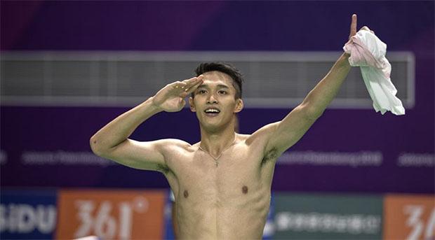 Jonatan Christie's gesture look very similar to Lin Dan's. (photo: AFP)