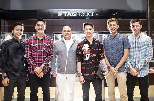 Anthony Sinisuka Ginting, Jonatan Christie, Irwan Danny Mussry (Time International president and CEO), Kevin Sanjaya, Fajar Alfian and Muhammad Rian Ardianto (from left) with their TAG Heuer watches. (photo: JP)