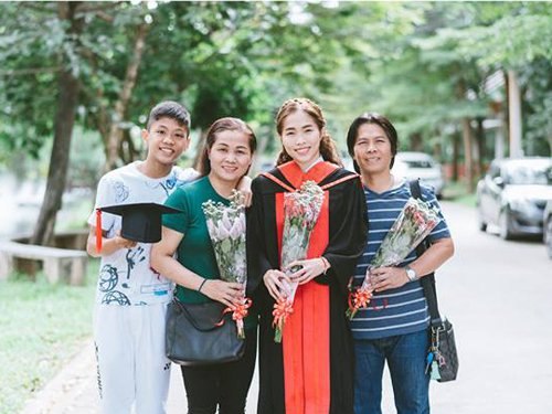 Ratchanok Intanon poses for pictures with family and friends. (photo: Ratchanok Intanon's FB)