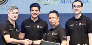 Syed Saddiq (second left) and Mohamad Norza Zakaria (third left) attend the Under-15 Badminton Championship. (photo: Bernama)